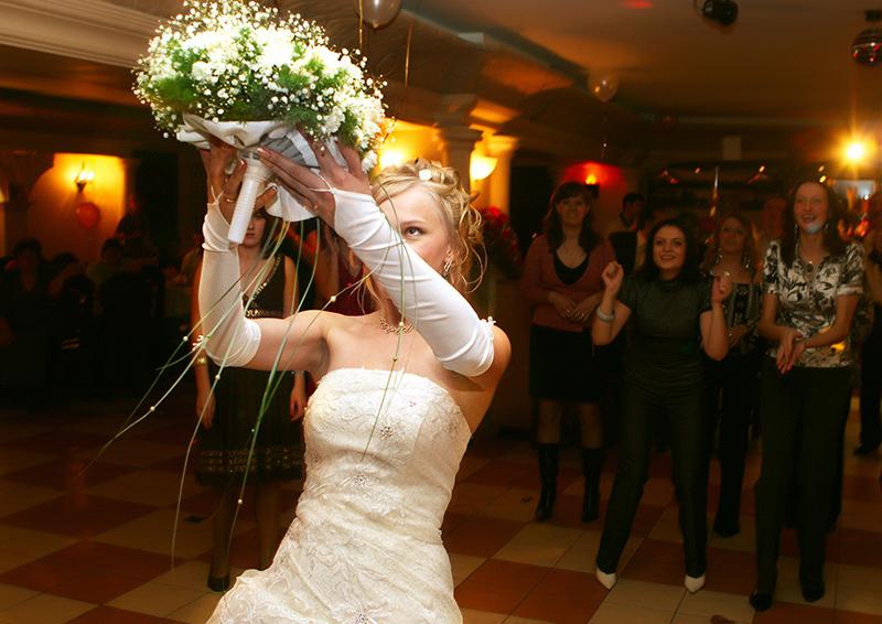 Кому можно ловить букет на свадьбе